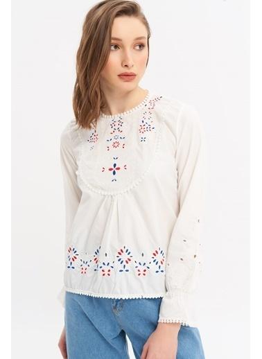 ESQ Nakışlı Basic Yaka Ponponlu Bluz Beyaz